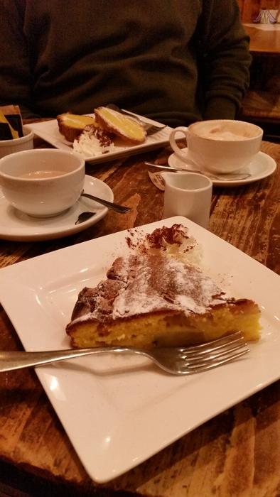 Pauze!! In Covent Garden zitten wat mij betreft de leukste eet-zaakjes! Warme appelcake, lekker...!